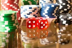 Microplaquetas dos dados e de pôquer na tabela de vidro Conceito do CASINO Imagem de Stock Royalty Free