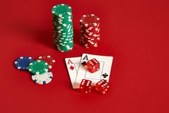 Microplaquetas e áss de pôquer no fundo vermelho Grupo de microplaquetas de pôquer diferentes Fundo do casino Fotografia de Stock