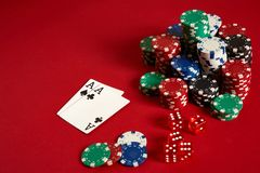 Microplaquetas e áss de pôquer no fundo vermelho Grupo de microplaquetas de pôquer diferentes Fundo do casino Imagens de Stock Royalty Free