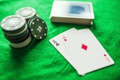 Microplaquetas e áss de pôquer dos cartões de jogo Imagem de Stock