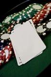 Microplaquetas e cartão do póquer com espaço da cópia Foto de Stock