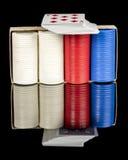 Microplaquetas e cartões brancos e azuis de pôquer vermelhas Imagem de Stock