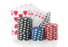 Microplaquetas e cartões de jogo coloridos Fotografia de Stock