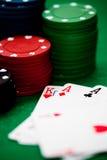 Microplaquetas e cartões de póquer Fotografia de Stock