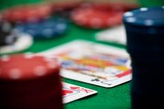 Microplaquetas e cartões de póquer Imagens de Stock Royalty Free