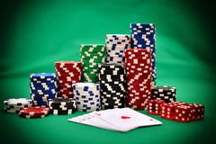 Microplaquetas e cartões de pôquer Fotografia de Stock