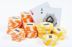 Microplaquetas e cartões de pôquer Fotos de Stock Royalty Free