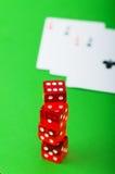 Microplaquetas e cartões do casino de encontro ao fundo Foto de Stock