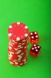 Microplaquetas e cartões do casino de encontro ao verde Fotografia de Stock