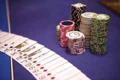 Microplaquetas e cartões do casino que encontram-se na tabela Foto de Stock Royalty Free