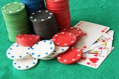 Microplaquetas e cartões do jogo de pôquer Foto de Stock