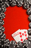 Microplaquetas e cartões do póquer Imagens de Stock