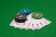 Microplaquetas e cartões do póquer Imagem de Stock