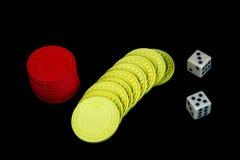 Microplaquetas e dados de jogo no preto Fotos de Stock