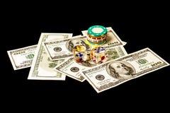 Microplaquetas e dados de pôquer com americano cem dólares de contas sobre Foto de Stock Royalty Free