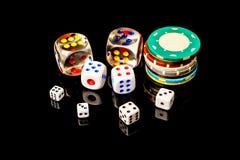 Microplaquetas e dados de pôquer isolados no fundo preto Imagens de Stock Royalty Free