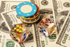 Microplaquetas e dados de pôquer no fundo com americano cem Imagens de Stock Royalty Free