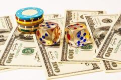 Microplaquetas e dados de pôquer no fundo com americano cem Fotografia de Stock Royalty Free