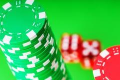 Microplaquetas e dados do casino Imagem de Stock