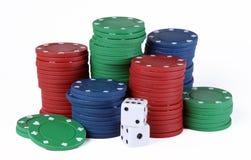 Microplaquetas e dados do póquer Imagem de Stock