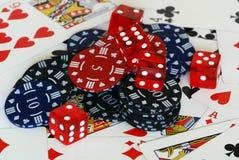 Microplaquetas e dados do póquer Foto de Stock