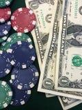 Microplaquetas e dinheiro de póquer Foto de Stock Royalty Free