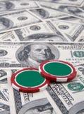 Microplaquetas e dinheiro do póquer Imagens de Stock