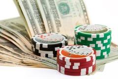 Microplaquetas e dinheiro do póquer Foto de Stock