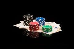 Microplaquetas e dinheiro do póquer Fotos de Stock