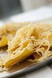 Microplaquetas e queijo Fotos de Stock Royalty Free