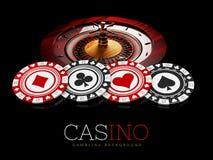Microplaquetas e roleta do casino no fundo preto, ilustração 3d Fotografia de Stock Royalty Free