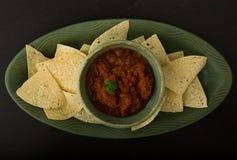 Microplaquetas e salsa Foto de Stock