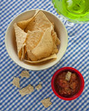 Microplaquetas e salsa de tortilha com uma Margarita Fotos de Stock Royalty Free