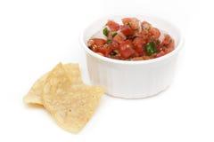 Microplaquetas e salsa fresca em uma bacia Imagens de Stock Royalty Free