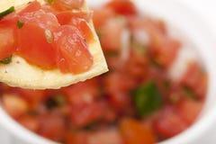 Microplaquetas e salsa fresca em uma bacia Foto de Stock