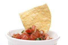 Microplaquetas e salsa fresca em uma bacia Fotos de Stock