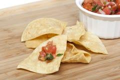 Microplaquetas e salsa fresca em uma bacia Imagem de Stock Royalty Free