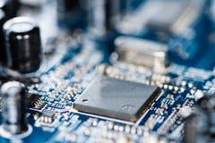 Microplaquetas em um PWB azul Fotografia de Stock Royalty Free