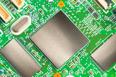 Microplaquetas em uma placa impressa eletrônica imagens de stock