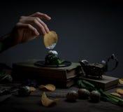 Microplaquetas, espinafres, molho, livro do vintage equipe a mão do ` s em um fundo escuro Fotografia de Stock Royalty Free