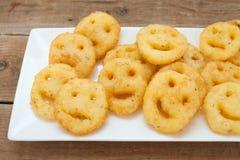 Microplaquetas fritadas batata dos smiley foto de stock