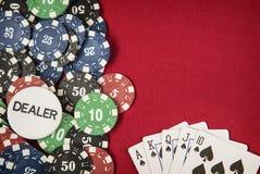 Microplaquetas, microplaqueta do negociante e cartão de jogo para o pôquer no fundo de feltro do vermelho imagem de stock