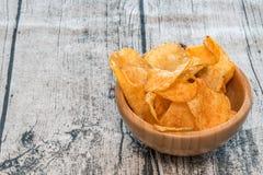 Microplaquetas ou batatas fritas em uma bacia Fotos de Stock
