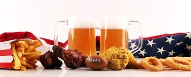 Microplaquetas, petiscos salgados, futebol e cerveja em uma tabela Grande para projetos do jogo da bacia fotos de stock