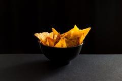 Microplaquetas picantes fritadas do lavash na terrina preta imagem de stock royalty free