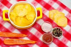 Microplaquetas, pimentas e ketchup Foto de Stock Royalty Free