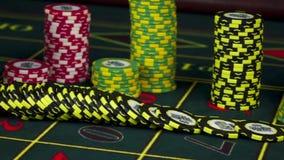 Microplaquetas que caem na tabela verde da roleta no casino, movimento lento vídeos de arquivo