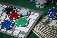 Microplaquetas, teclado e cartões de pôquer na tabela Foto de Stock