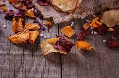 Microplaquetas vegetais orgânicas saudáveis em um fundo rústico Fotografia de Stock Royalty Free