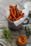 Microplaquetas vegetais saudáveis - batatas fritas beterraba, aipo e cenouras Foto de Stock